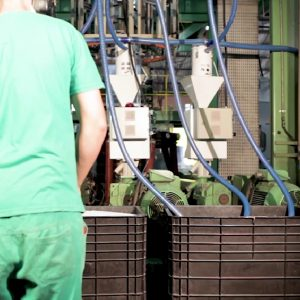 A imagem mostra mangueiras de sucção em uso nas sopradoras de uma fábrica